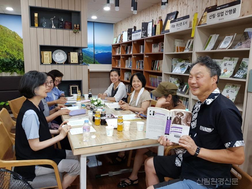 (보도자료_사진)한국임업진흥원,_지역주민에_열린_북카페_개방.jpg