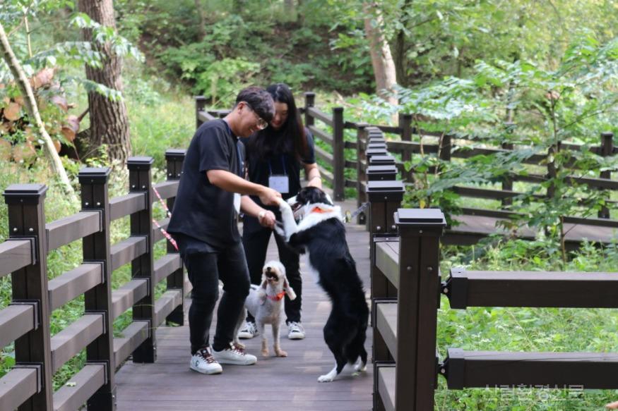 [크기변환](사진3)숲에서놀개.jpg