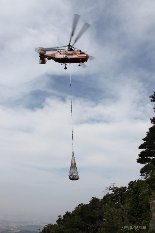 화물을 운반하는 대형헬기.jpg