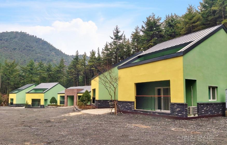(사진 1) 국립희리산해송자연휴양림에 신규 개장한 산림문화휴양관 전경사진 입니다..jpg