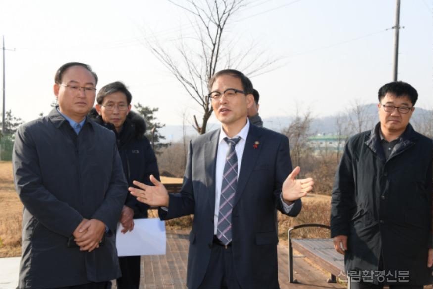 사진1_박종호 산림청장(가운데) 화성시 미 세먼지 차단 도시숲 사업지 현장 점검.JPG