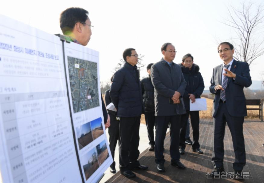사진2_박종호 산림청장(오른쪽 첫번째) 화성시  미세먼지 차단 도시숲 사업지 현장 점검.JPG