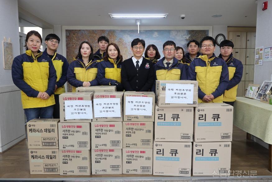 (사진1) 대전 서구 정림동에 있는 아동양육시설 후생학원에 생활필수품을 전달하고 단체사진을 찍는 사진입니 다..jpg