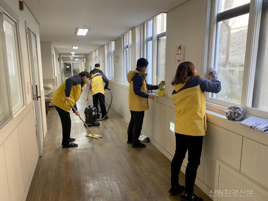 (사진2) 대전 서구 정림동에 있는 아동양육시설 후생학원에서 봉사활동을 하고 있는 사진입니다..jpg