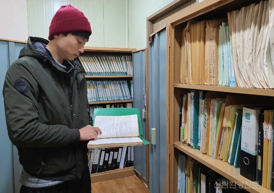 사진-기록보관실에서 자료를 찾아보 는 천리포수목원 직원 모습2.jpg