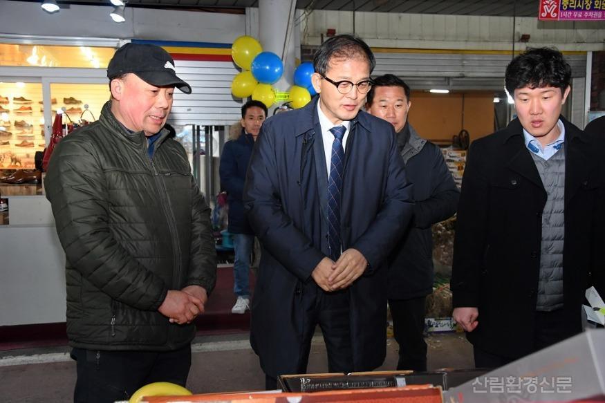 사진3_박종호 산림청장(가운데) 대전 중리전통시장  방문.JPG