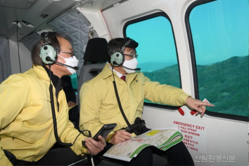 사진2_최병암 산림청 차장(오른쪽 ) 소나무재선충병 항공 예찰.JPG