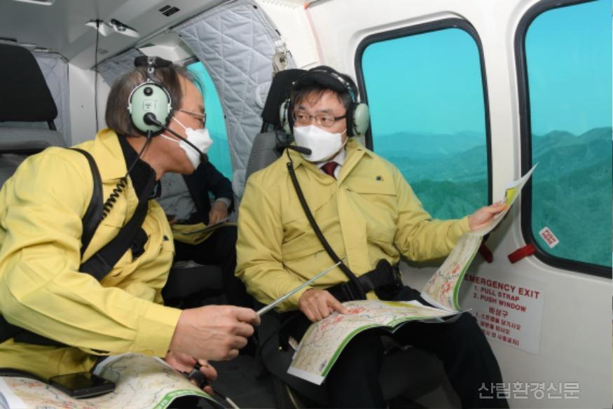 사진3_최병암 산림청 차장(오른쪽 ) 소나무재선충병 항공 예찰.JPG