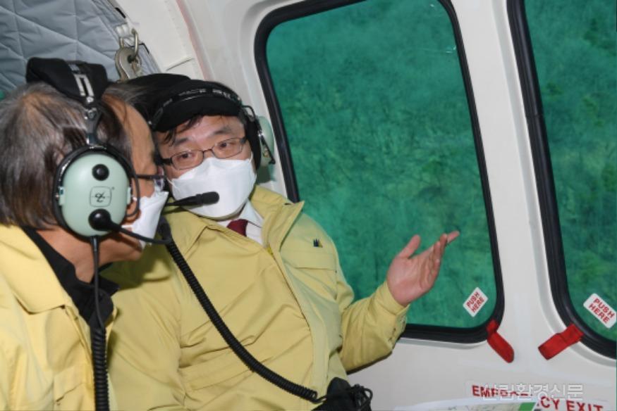 사진1_최병암 산림청 차장(오른쪽 ) 소나무재선충병 항공 예찰.JPG