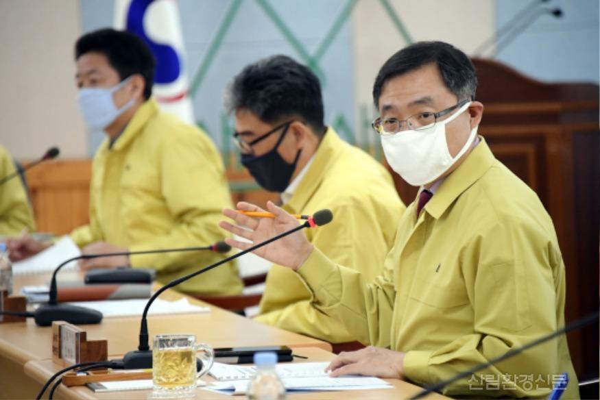 사진1_최병암 산림청 차장(오른쪽 첫번 째) 재정 집행 점검 회의 주재.JPG