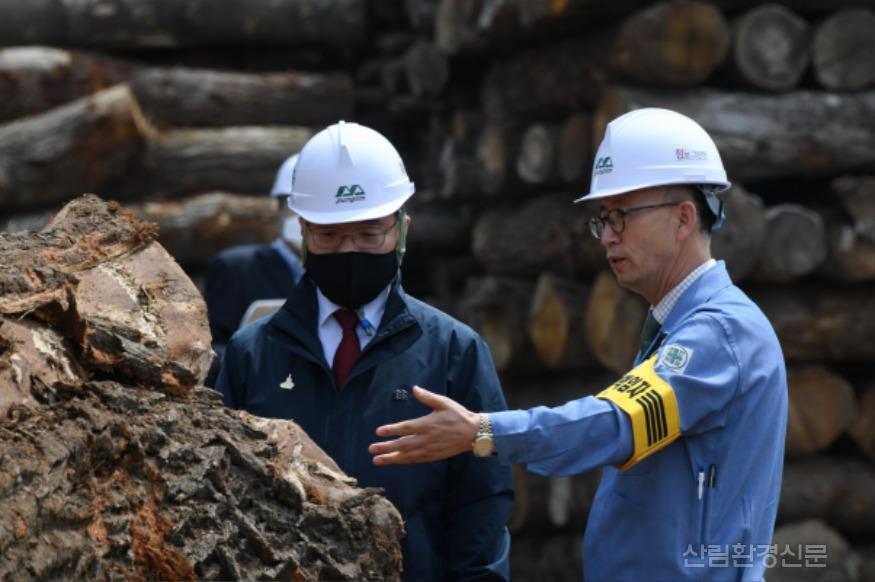 사진1_최병암 산림청 차장(왼쪽)  산림바이오메스 생산 현장 방문.JPG