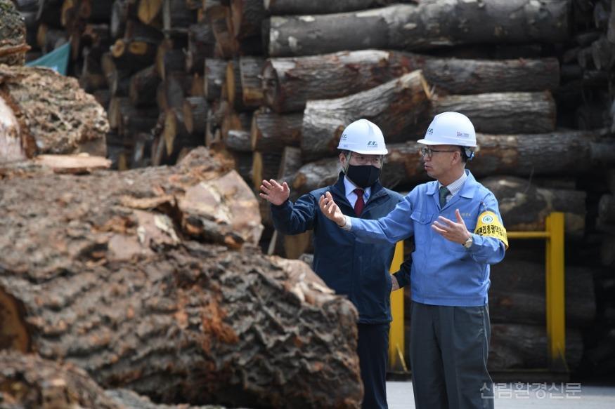 사진2_최병암 산림청 차장(왼쪽)  산림바이오메스 생산 현장 방문.JPG
