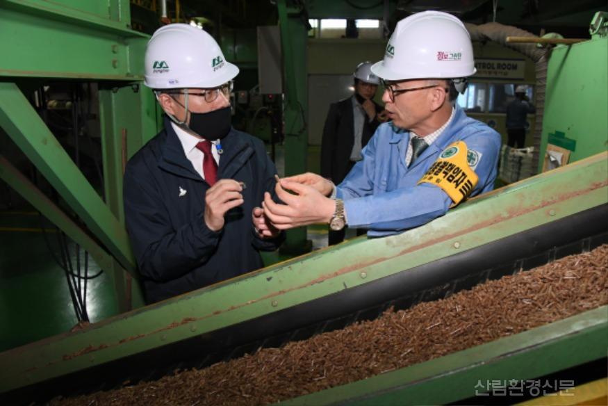 사진3_최병암 산림청 차장(왼쪽)  산림바이오메스 생산 현장 방문.JPG