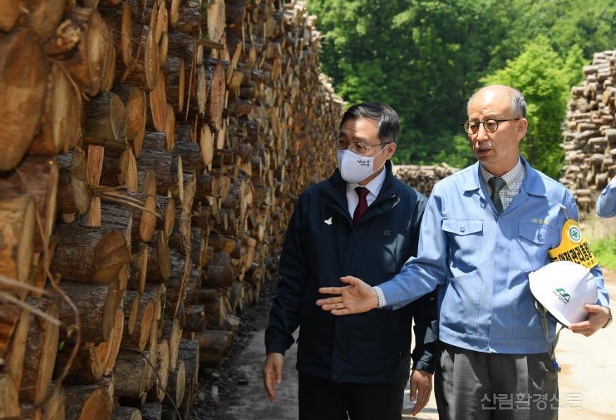 사진4_최병암 산림청 차장(왼쪽)  산림바이오메스 생산 현장 방문.JPG