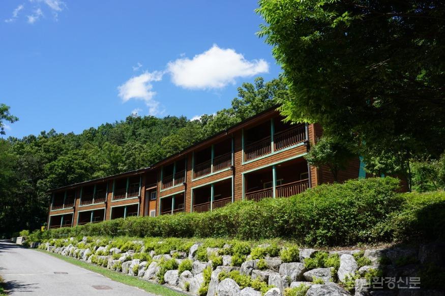 (사진1) 국립상당산성자연휴양림에 있는 산림문화휴양관입니다..JPG