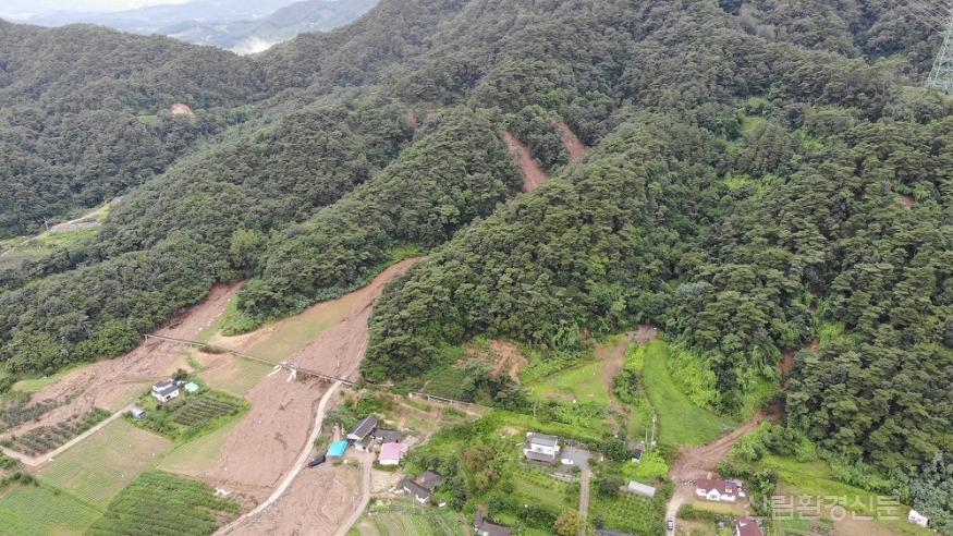 사진3_산림무인기(드론)으로 찍은  산사태 피해지 전경사진(충주).jpg